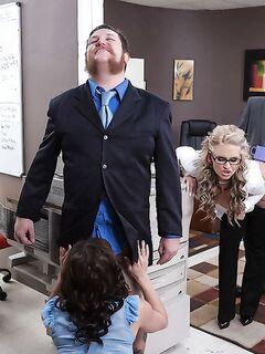 Развратные секретарши удовлетворили коллегу