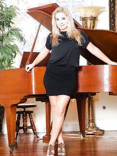 Сногсшибательная музыкантша оголилась возле рояля