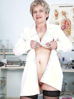 Медсестра в возрасте показала вагину