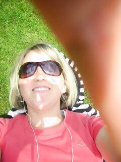 Бесцеремонная блондинка проникает пальцами во влагалище