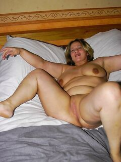 Толстая мамаша разрабатывает дырки секс игрушками