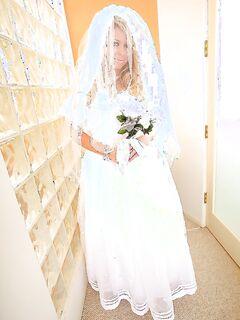 Невеста продемонстрировала суженному оголенные прелести