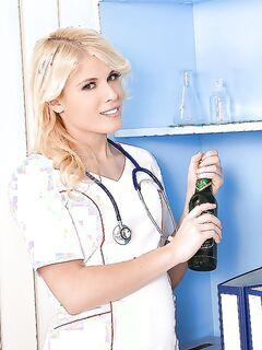 Медсестра удовлетворяет себя бутылкой из под пива