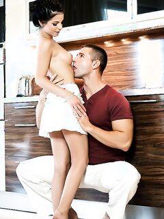 Бурный половой акт любовников на кухне
