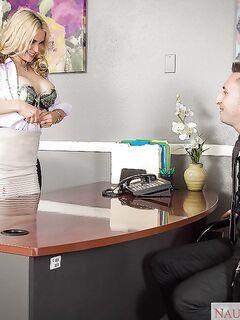 Босс поимел секретаршу в ее сочные дырочки
