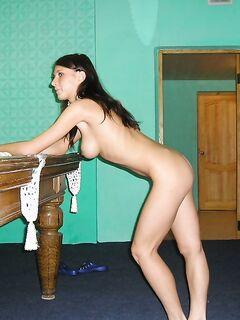Пышногрудая соблазнительница искушает на бильярдном столе