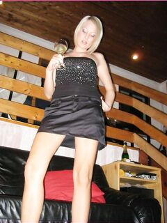 Пьяная блонда выставила дырочки