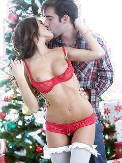 Вагинальный перепихон любовников у праздничной елки