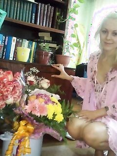 Начинающая певица вставила цветок в письку