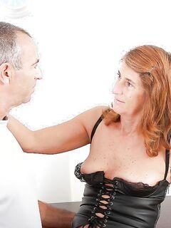 Зрелая давалка с заросшей писькой занимается сексом