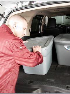 Давалка подставила попку в багажнике автомобиля
