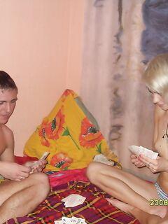 Две парочки играют в карты на раздевание