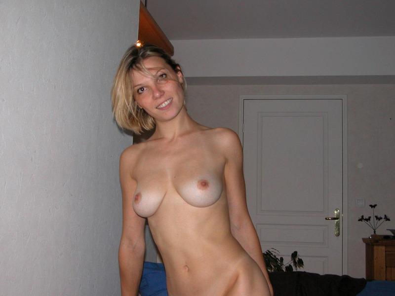 Опытная мамаша мастурбирует лежа на диване