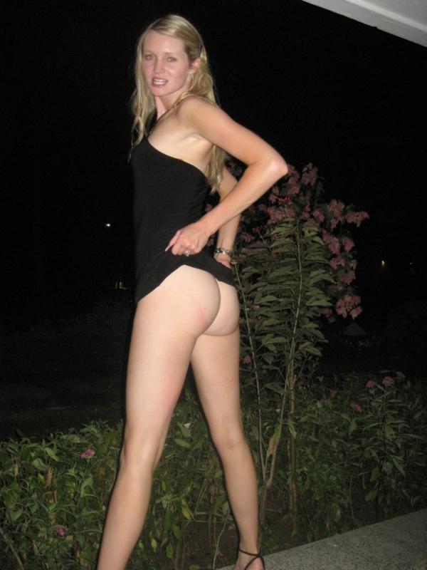 Раскрепощенная блондинка показывает титьки