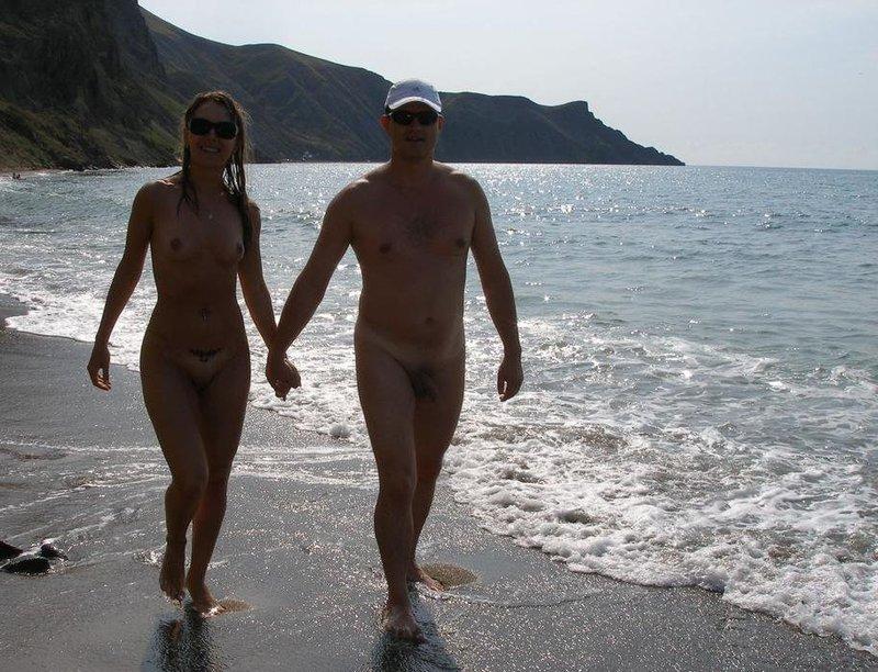 Влюбленная парочка голышом на острове