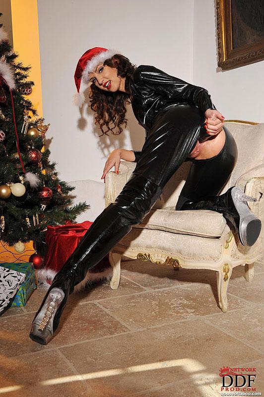 Бестия поимела себя секс игрушкой у новогодней елочки