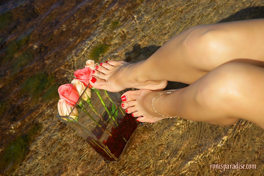 Эффектная мамаша обнажила пикантные места на пляже