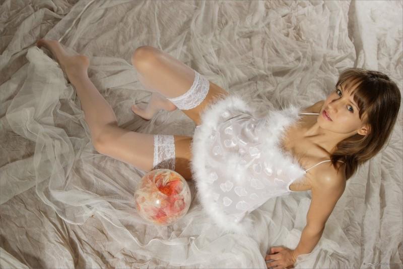 Милашка в пеньюаре восхищается красотой тела