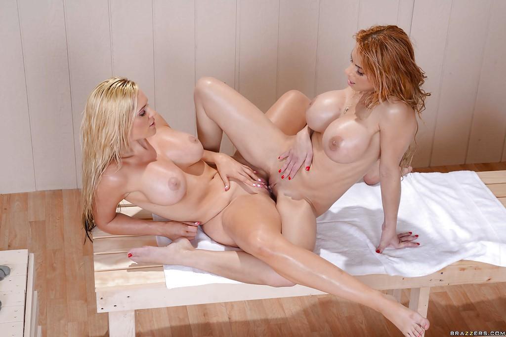 Три лесбиянки лижут друг другу киски