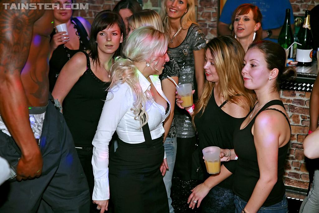 Раскрепощенные девушки отрываются в ночном клубе