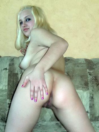 Безотказная блондинка раздвинула попку для проникновения