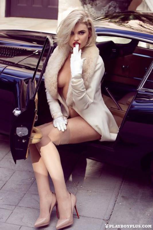 Сногсшибательная блондинка позирует в ретро-каре
