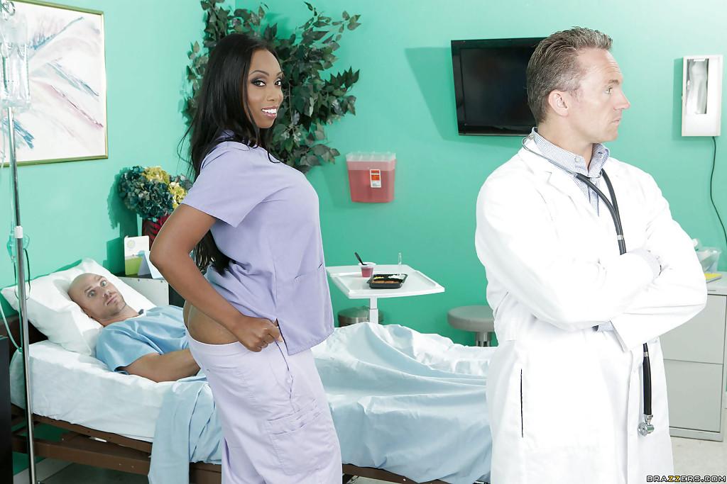Темнокожая медсестра трахнулась с пациентом