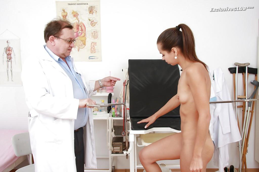 Зрелый гинеколог рассматривает киску молодой сучки