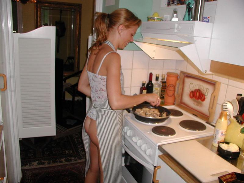 Женушка готовит завтрак с голой жопой