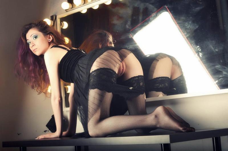 Роскошная знаменитость приспустила белье перед камерой