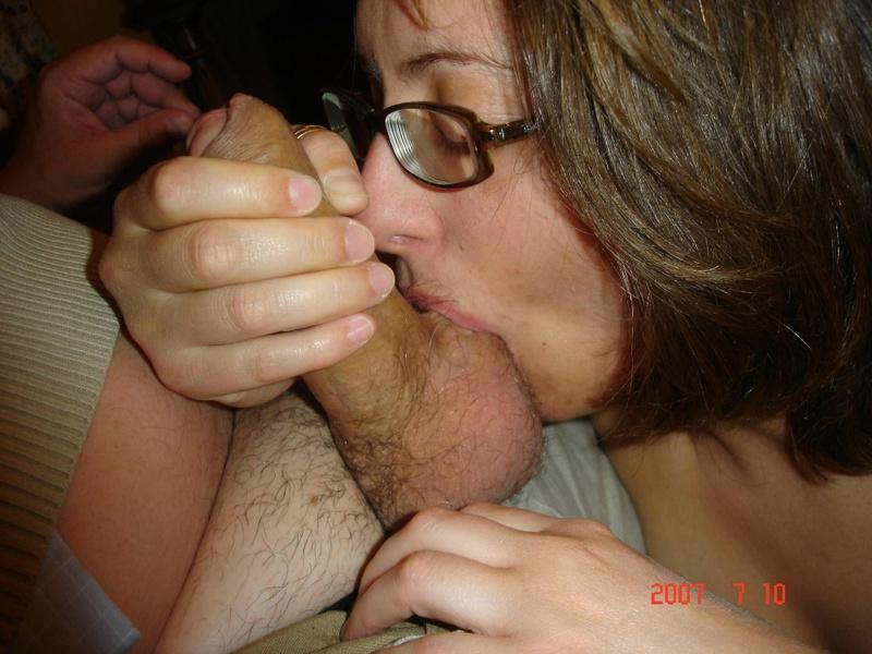 Милашка с жадностью шлифует пенис