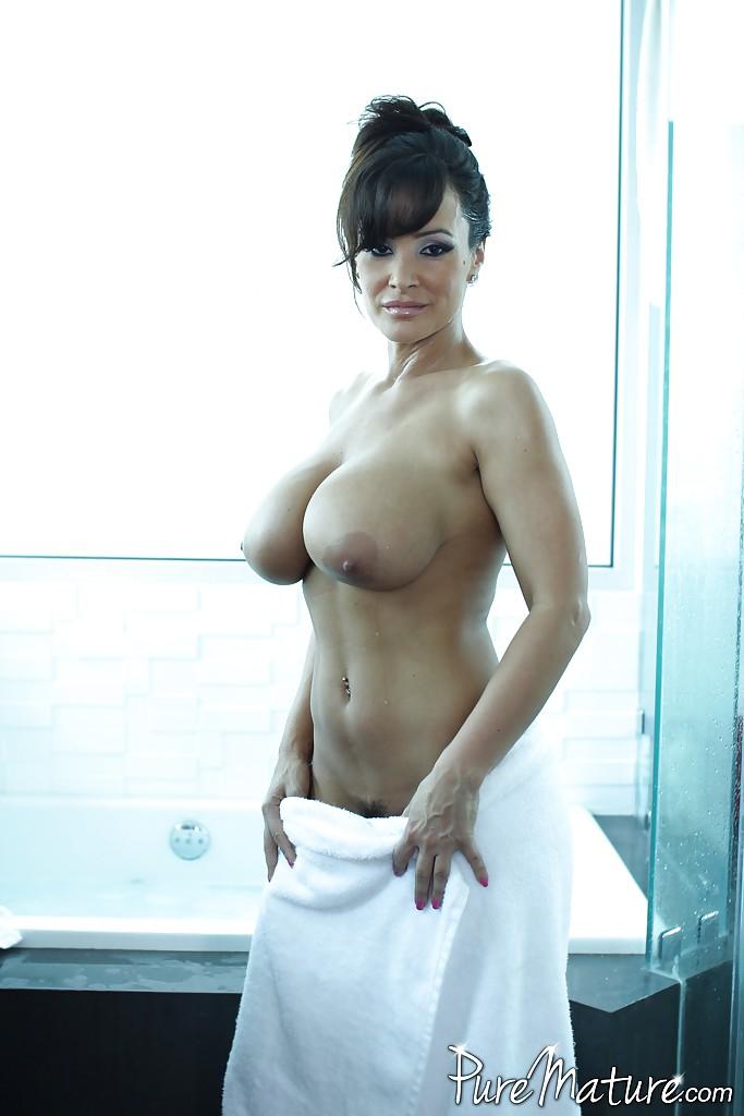 Мамаша с большим бюстом и попкой принимает ванную