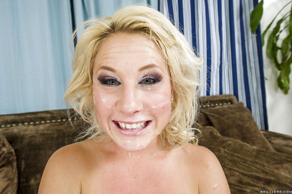 Блондинку бесцеремонно поимели в ее анальную дырочку