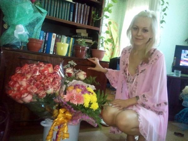 Хрупкая блондинка вставила цветок между половыми губами