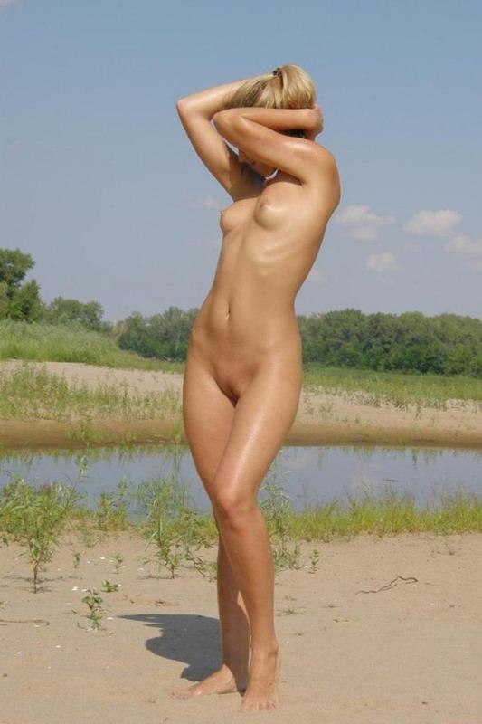 Длинноногая касирша на речке с голой задницей