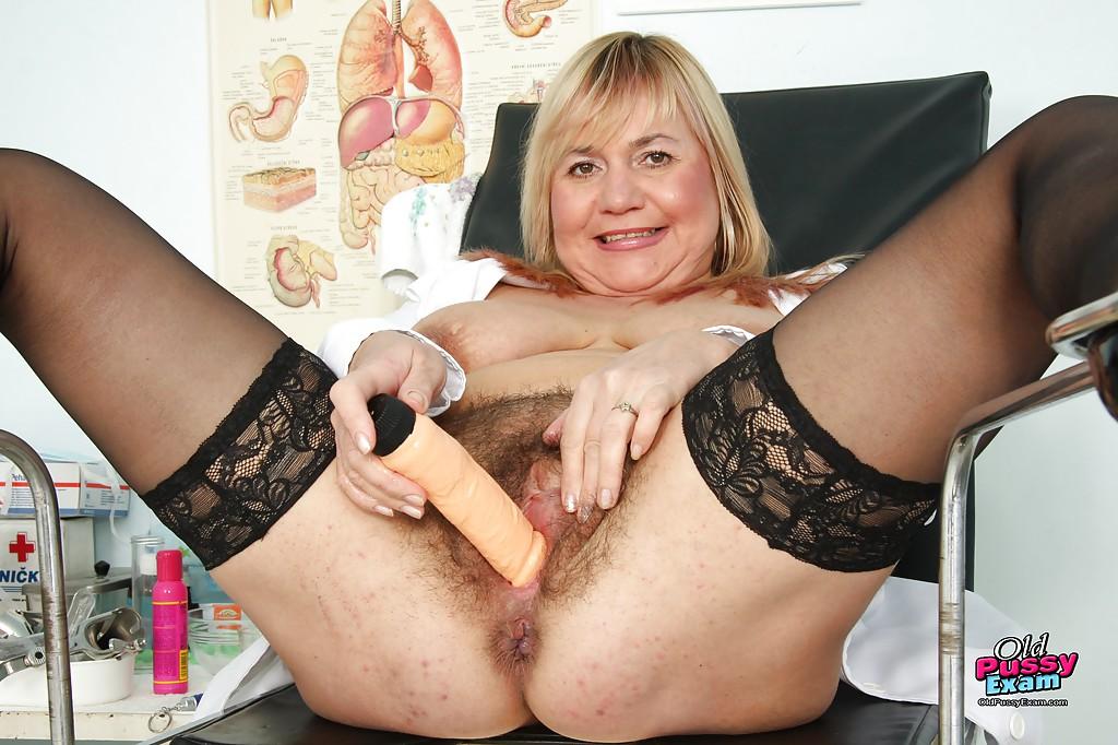 Зрелая медсестра забавляется с вагинальной игрушкой и зеркалом