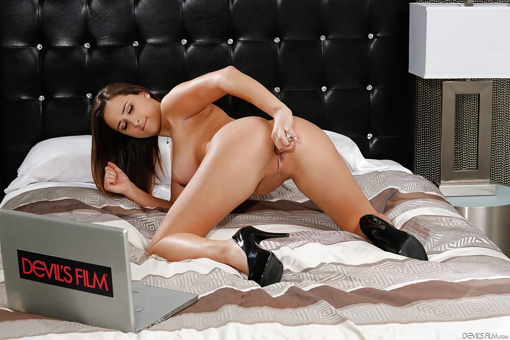 Милашка засунула секс игрушку в безволосую щелку