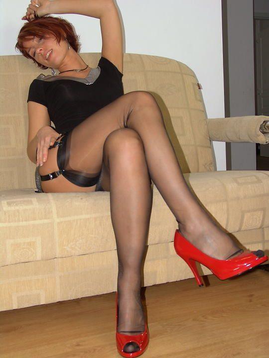 Рыжеволосая дрянь позирует на диване