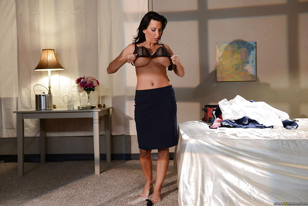 Грудастая стюардесса голышом в гостиничном номере