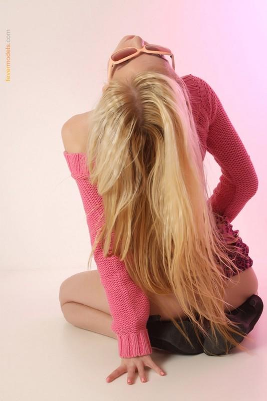 Стройная блонда выставила киску на обозрение