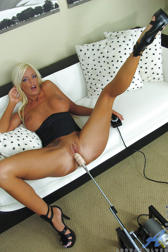 Достала секс машину и расставила ноги шире