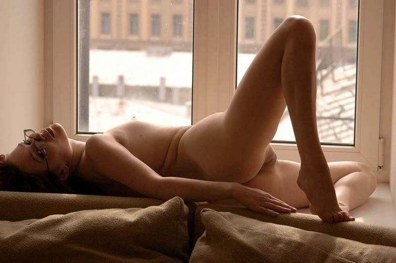 Хрупкая милашка голышом на подоконнике