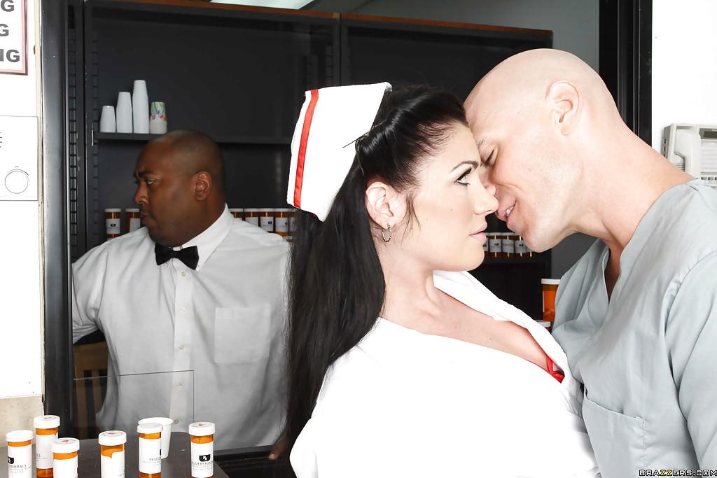 Санитар натянул легкодоступную медсестру