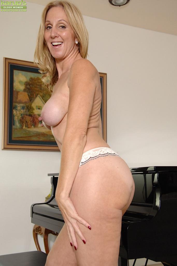 Зрелая музыкантша оголилась перед настройщиком рояля