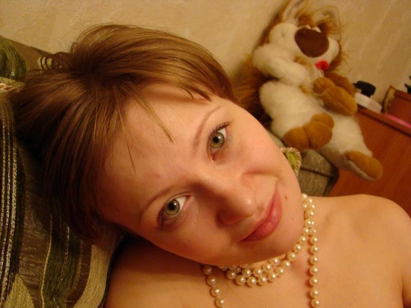 Игривая мамаша красуется волосатой киской в ванной