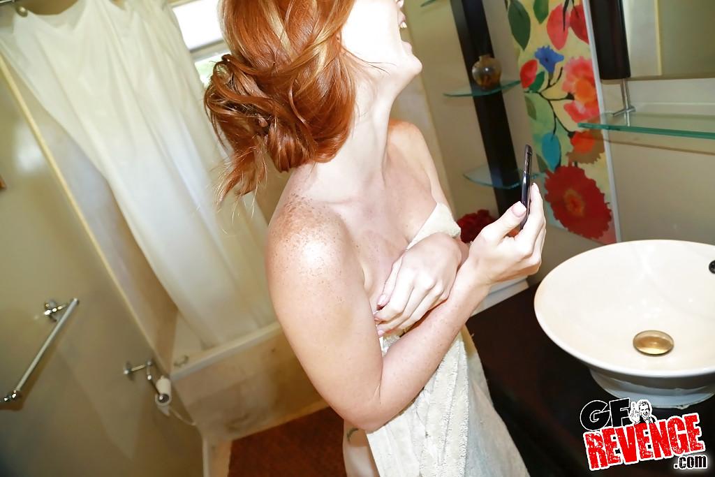 Милашка любуется интимными местами перед зеркалом