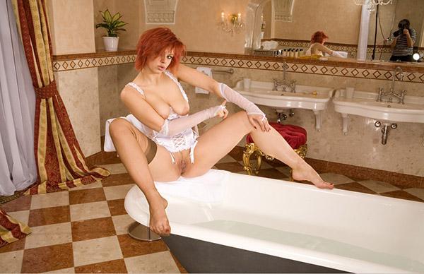 Рыжеволосая мамзель в сексуальном наряде