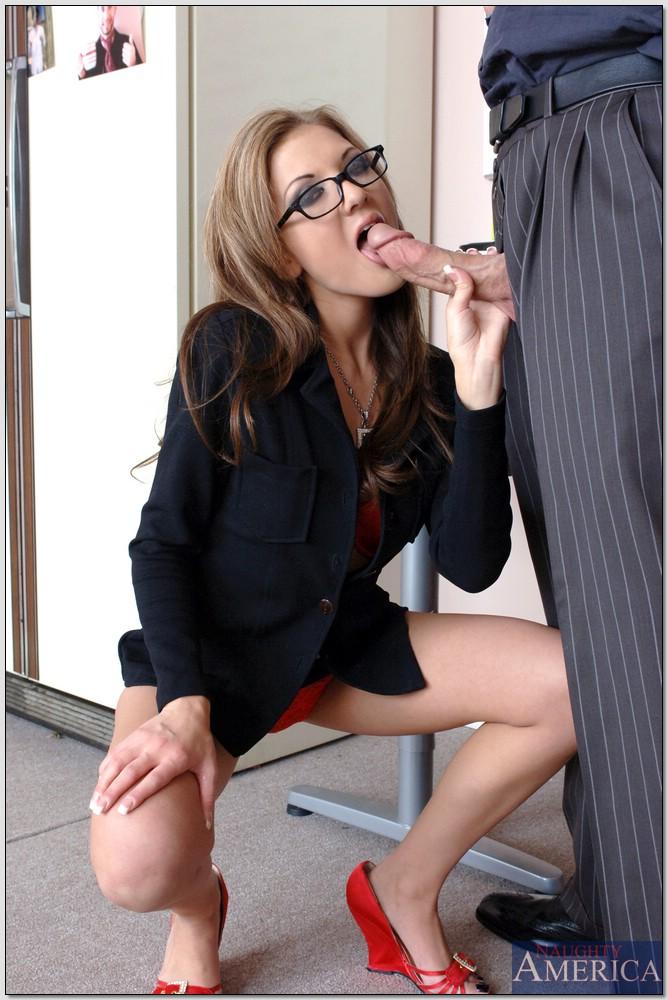 Напористый бос бесцеремонно засадил секретарше