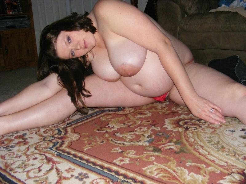 Беременная девушка хвастается налитыми сисяндрами