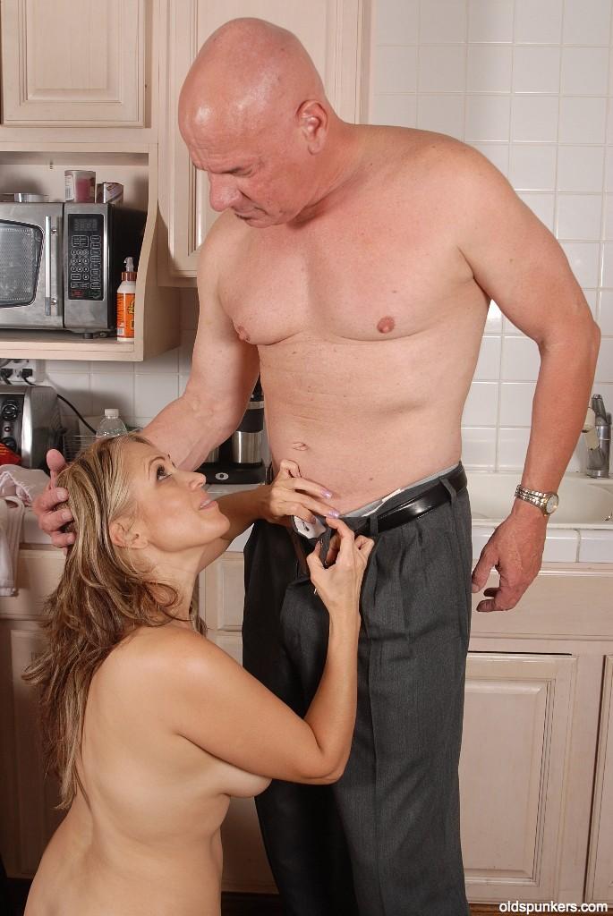 Оголенная домохозяйка отсосала у супруга